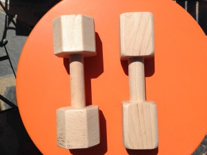 Perfil octogonal apport de 1200 gramos, tres piezas encoladas y atornilladas. Perfil cuadrado apport de 1000 gramos, de una pieza.